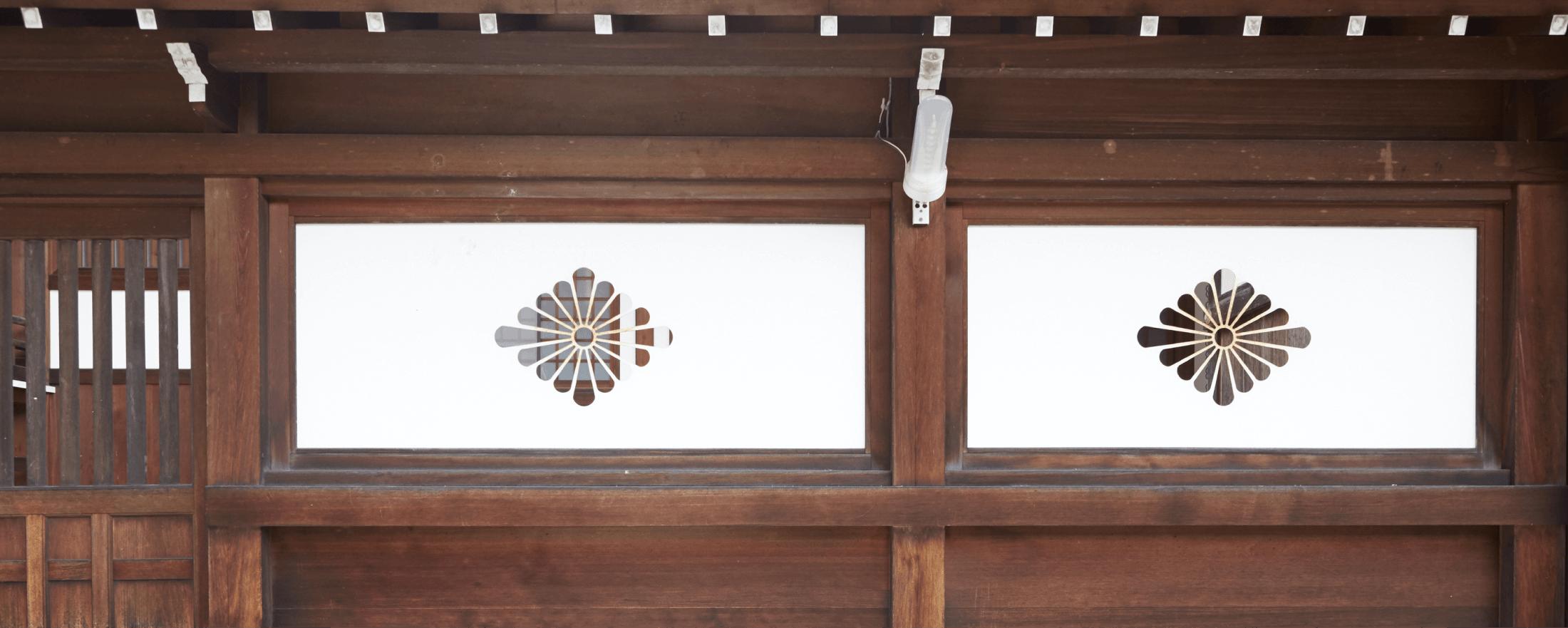 川原神社の社紋「菊菱」。